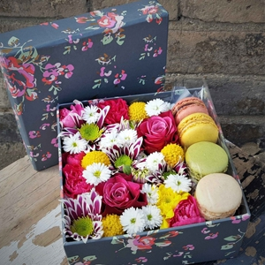 Flowers & Macarons Box